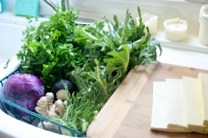 This week's haul from Alameda Natural Grocery.  We'll be talking 'bout those two bunches of parsley today (they're in the upper left corner).  That's slices of tofu on the cutting board - I made 'em into a tofu salad, but more on that in another post ...