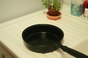 Houseproud kitchen - cleaning cast iron pan step 01