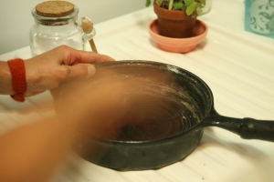 Houseproud kitchen - cleaning cast iron pan step 03