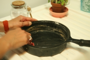 Houseproud kitchen - cleaning cast iron pan step 04